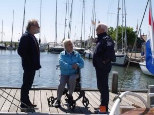 Jan Heuff en Ben Nauta in gesprek met mevr. Lub, weduwe van de heer D. Lub, laatste schipper van de K.F. Sluys