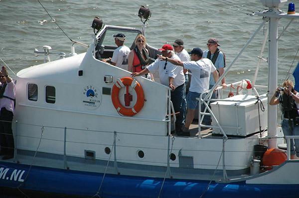 Reddingboot Prins Hendrik mensen op brug_kl